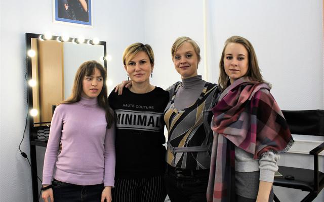 Заставка для - Участницы фонда «Лучшие друзья» учатся искусству визажа