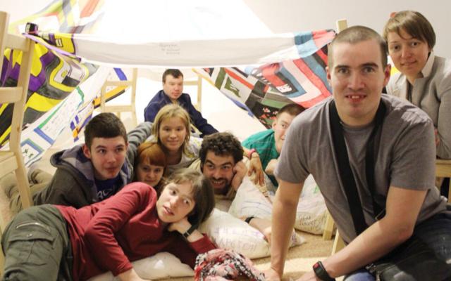 Заставка для - Забраться в шалаш и построить лабиринт: как «Лучшие друзья» сходили на выставку