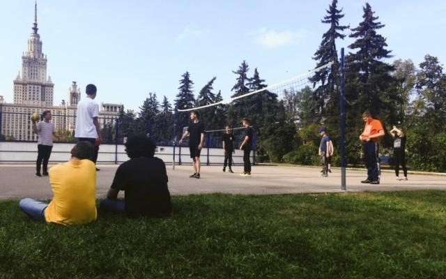 Участники программ фонда ЛД и волонтеры играют волейбол
