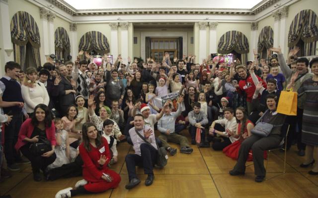 Заставка для - Запах мандаринов, огромная ёлка и зажигательные танцы: как «Лучшие друзья» отметили Новый год в Спасо-Хаусе