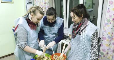 Заставка для - Новогодний оливье и воздушный омлет: как прошла «Кулинарная школа» для Лучших друзей