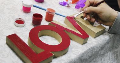 Заставка для - Яркие гирлянды, валентинки и объятия: «Лучшие друзья» отметили День всех влюбленных